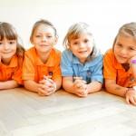 Schulkleidung in orange und hellblau